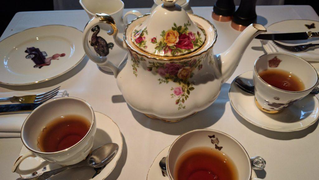 Teekrug mit Teetassen